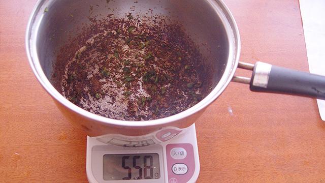 558g。事前に量っておいた鍋の重さが551gなので…7gだ!