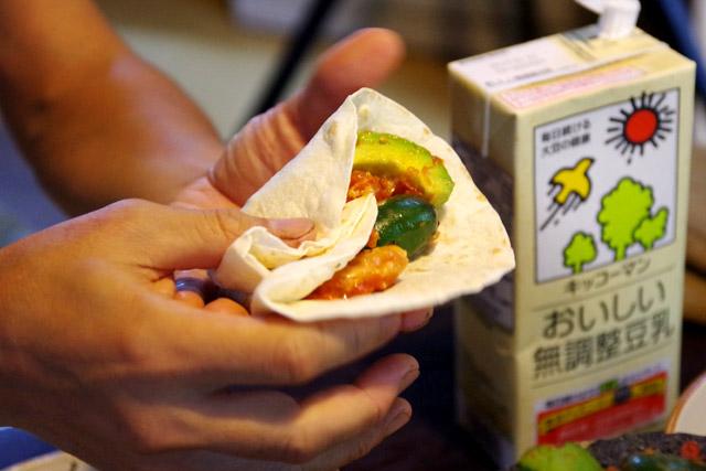 丸ごとのハラペーニョを包み込むトルティーヤ。唐辛子料理には豆乳がよく合います。