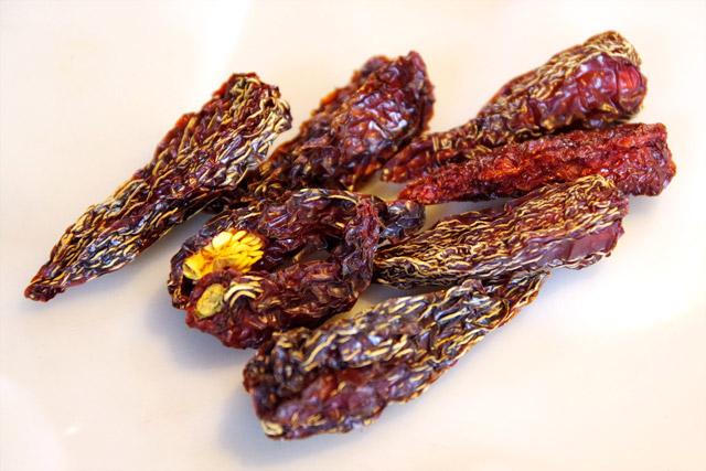 お土産にもらったチレ・チポトレという唐辛子の燻製的なもの。表面は鼈甲飴みたいな硬さと甘さがあるけれど、油断するとやっぱり辛い。油に浸けてパスタに使ってみようかな。