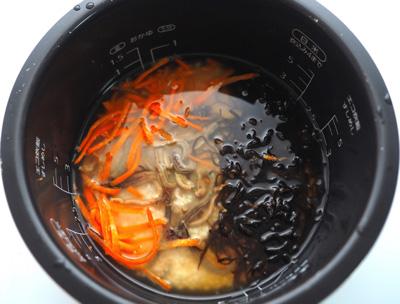 昆布とニンジンとで炊き込みご飯を作ろうとしたら炊飯器の中が触手大戦争みたいな壮観に。