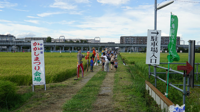 会場入口。向こうに見えるのが小田急線。