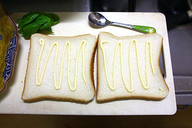 パンにマヨネーズを塗りましてー。