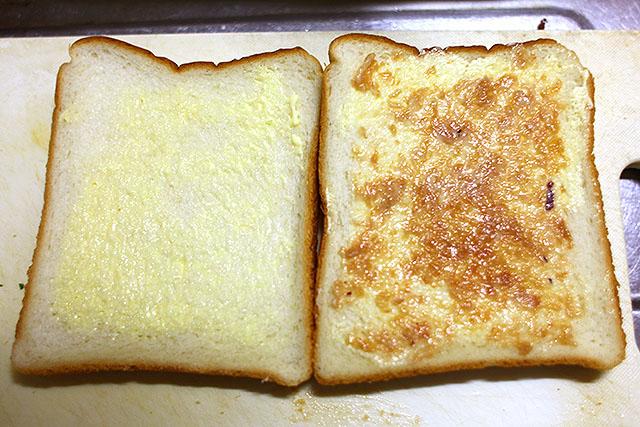 パンに薄くマヨネーズと、叩いた梅干しも薄く塗る。