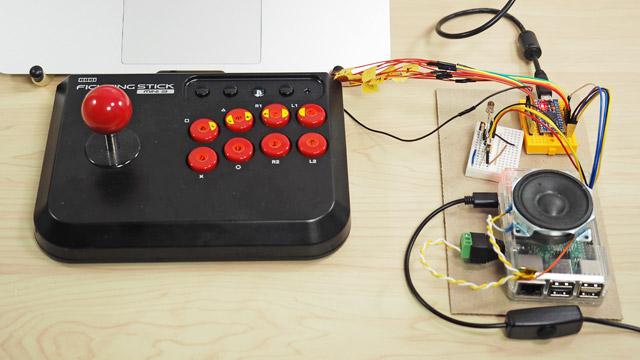 そこで作ってみたのが、この特殊なコントローラである。何やらいろいろ付いている装置をPCに接続すると、ジョイスティックが「キーボード」として認識される
