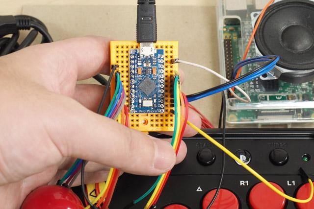 それを「Pro Micro」という、自作キーボードが簡単に作れるマイコンに接続
