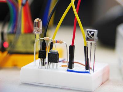 明らかにキーボードとは関係ない回路が付いているのだが、これがリモコン代わりに赤外線を送信するLEDである