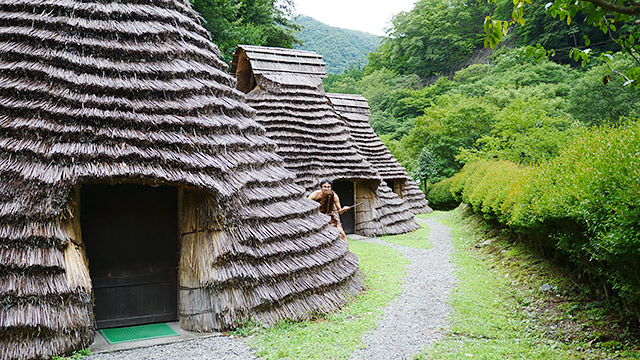 泊まれる竪穴式住居もあります!