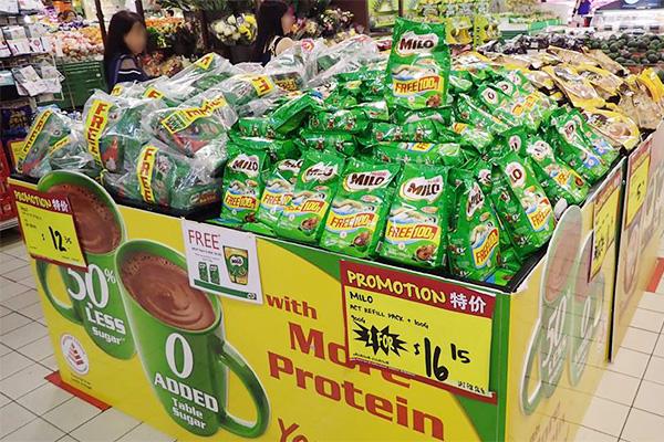 シンガポールのスーパーで山積みのミロ(画像提供:ライター・西村さん)