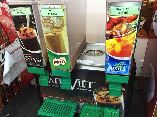 ベトナムのコンビニ。「日本でいうと緑茶ぐらいの位置づけでは?(西村)」