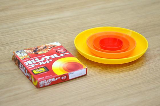 重ねられるプレートになった。黄色にごはん。オレンジ2枚にカレーとサラダ。赤いお皿には福神漬けを入れたい(Photo:大村卓)