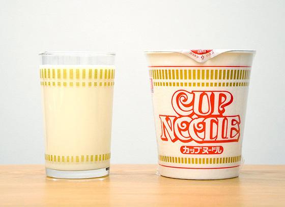 「これ、商品化しましょう!」と言ってしまったステキすぎるカップヌードルのグラス。マスキングテープで仕上げていた(Photo:大村卓)