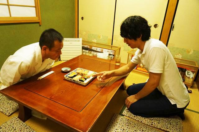 寿司職人に寿司の説明をするという謎の光景。逆に言うと一生ない貴重な体験をしたのかもしれない。
