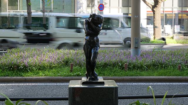 大阪の御堂筋は彫刻作品が飾ってある。ロダンとか。持っていかれないのだろうか