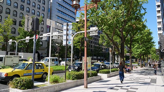 6車線が梅田からなんばへと向かう大阪のメインストリート、御堂筋。歴史のある建築物、高級ブランドや大企業が並ぶ。