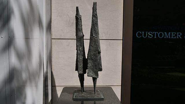 「アンチ彫刻」「機能的な彫刻」「不安の幾何学」と呼ばれたりするらしい(※検索した)リン=チャドウィックの作品『少年と少女』。高そうだぞ
