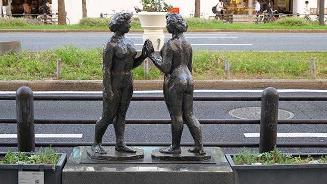 そういえばこの作品は「全く同じ女性像が向かいあわせになっている」説明があった。彫刻作品は複製可能なのだ