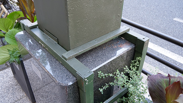 箱が被せられている、しかも丁寧に銅像色に塗られている!
