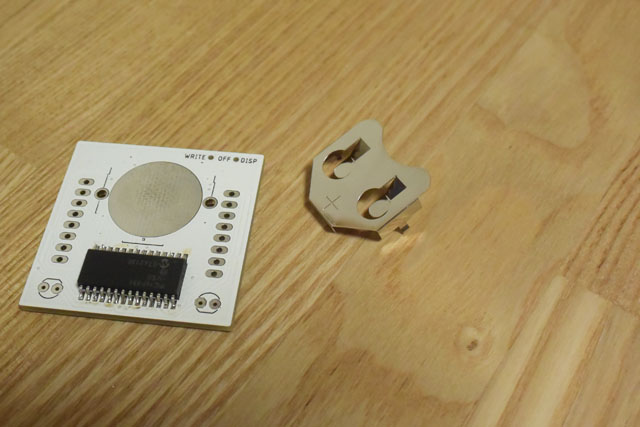 裏面にはボタン電池ホルダーも付ける。