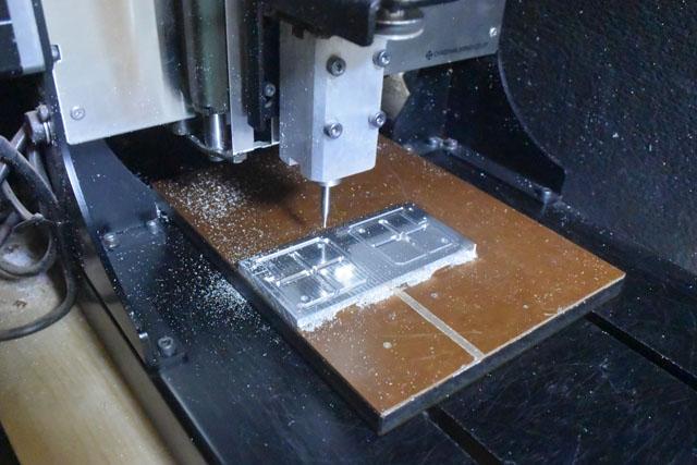 CNCフライス盤でアルミ板を削り出す。手作業では難しい精密な部品を削り出すことができる。これも以前つい購入してしまったもの。