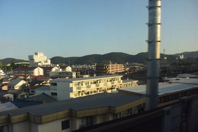 新幹線の自由席の車窓から。朝日が差込み運命の1日が始まった事を告げる。