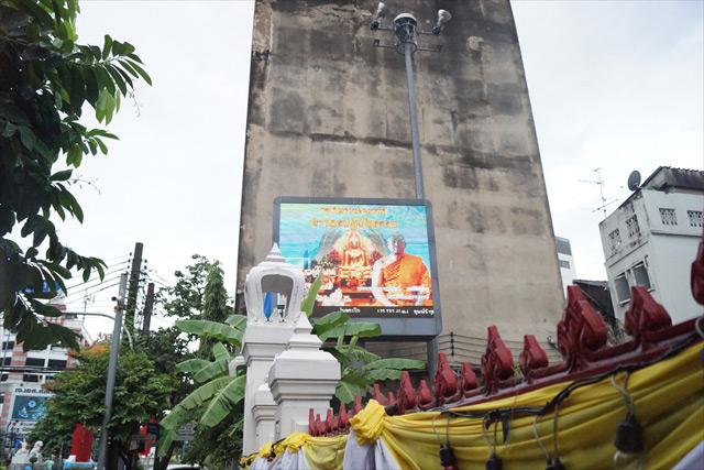 タイのお坊さんが写った巨大デジタルサイネージ。