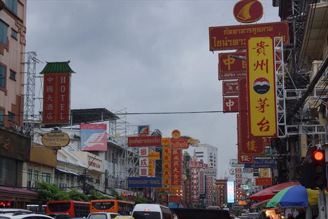 両側からせり出た漢字の看板たち!香港みたーい。