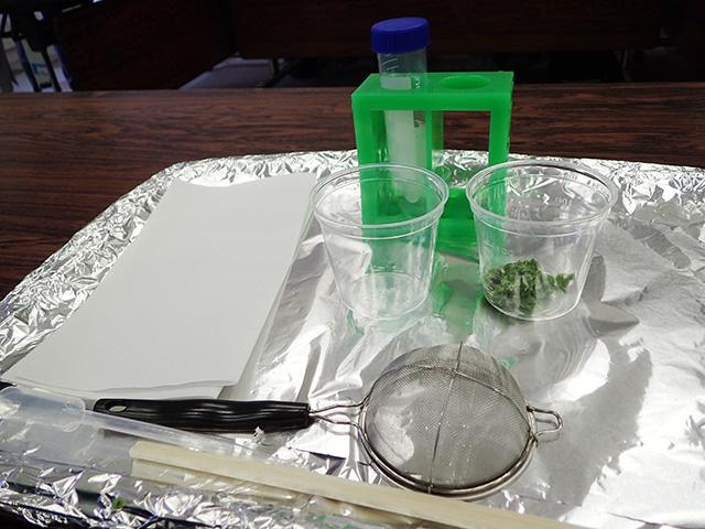 すり潰したブロッコリーから、DNAを取り出すセット。