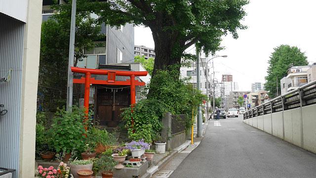 東京では街中で小さなお稲荷さんをよく見かける