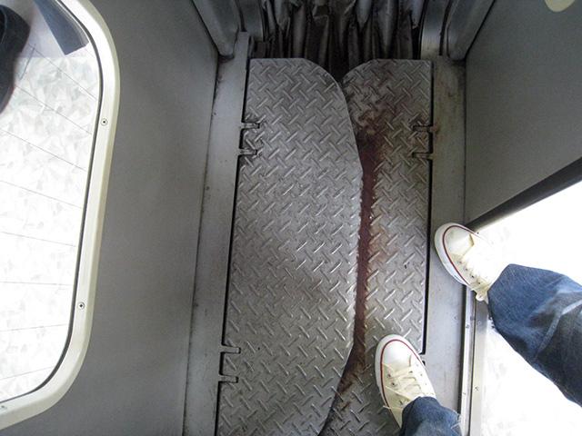 こちらは有楽町線より古い型の車両だが、東京メトロは全体に幅広いようす。重なる部分の錆がかっこいい。(東京メトロ東西線)