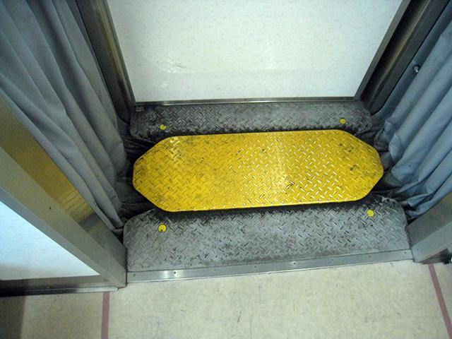 黄色い板で危険アピール。中央の板だけでなく、4つの鋲も黄色になっているのがちょっとオシャレ(井の頭線)