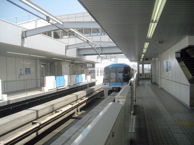 青空の下を走る東京モノレール