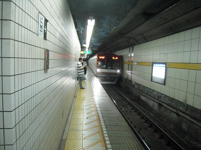 地下の暗がりを疾走、東京メトロ有楽町線
