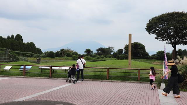 その日はうっすらとキリマンジャロ、もとい桜島。この立地でしかできない贅沢な展示だ