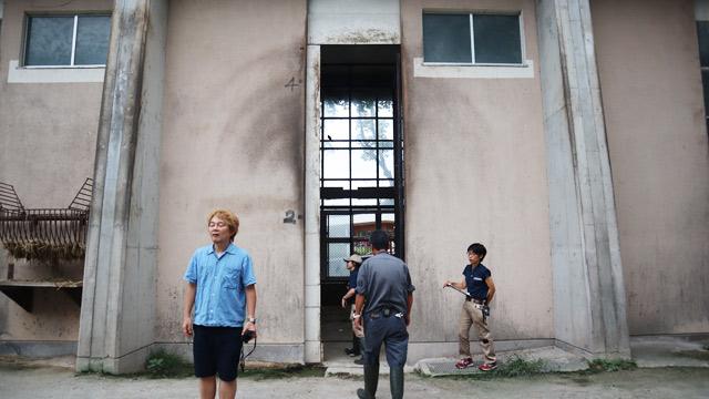 キリンの高さがわかる入り口。4mちょい。こんな大きな入り口なかなか見かけない