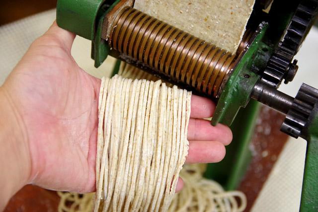 全粒粉2にパン用強力粉8の割合で麺にする。