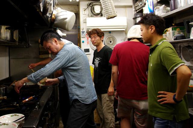 みんな人の作るカレーラーメンが気になるため、厨房の人口密度が高い。
