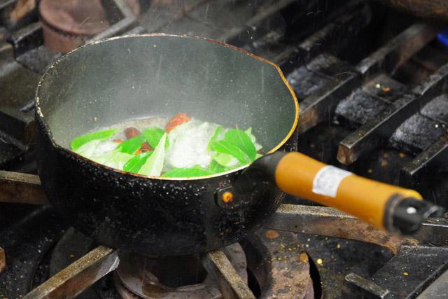提供の直前にテンパリングして油に刺激的な香りを移す。カレーリーフは火を止めてから加えるのがコツ。