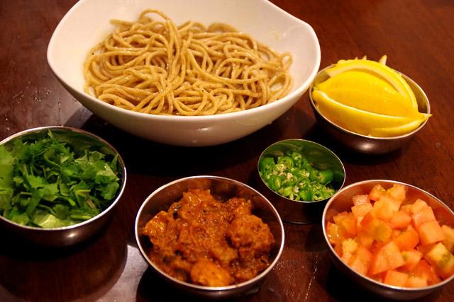 薬味はトマト、青唐辛子、パクチー(ダメな人用には紫蘇)、レモンを用意。
