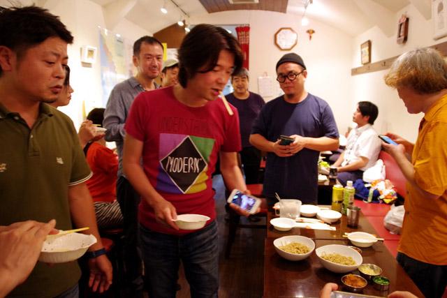 「提供直前になって青唐辛子を切り忘れたり、麺の仕上げに手が回らなかったりしたんですが、周りにいた皆さんに手伝ってもらって、チームワークで乗り切りました!」と小松さん。