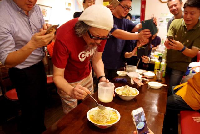 仕上げに客席でスープからとっておいたスジ片をマシマシするエンタテイナーらしいプレイ。