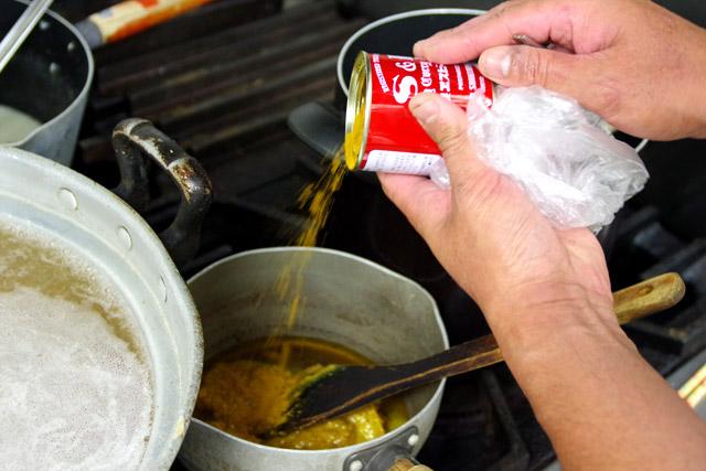 「日本人にとって標準的な味であるS&Bのカレー粉で作ったカレーオイルを掛けることで、これはカレーでありラーメンだと認識させます」とマダラさん。