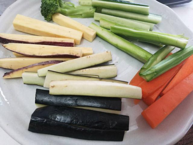 色んな野菜を買ってきてスティックにしていく。