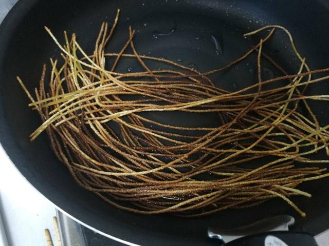 フライパンで熱してすぐに作れる。