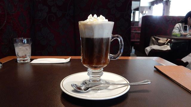 アイリッシュコーヒーです。上に飛び出たクリームがかわいい。
