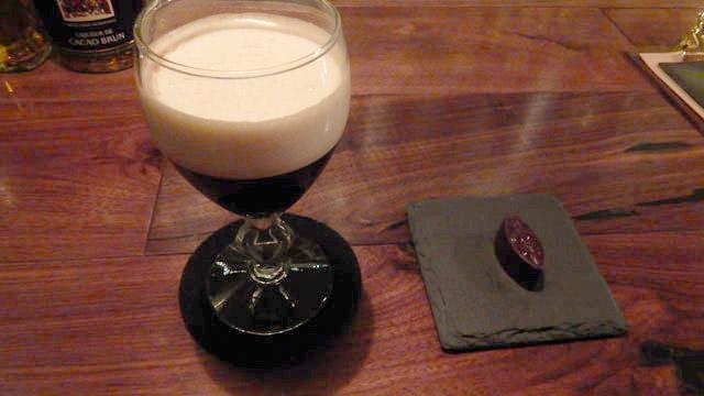 バーのアイリッシュコーヒー。右にあるのはレーズンのチョコ。