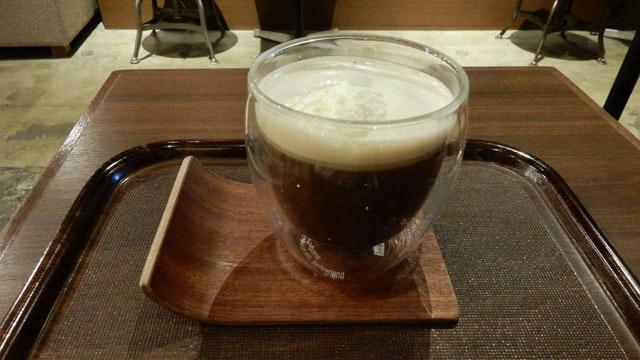 上島珈琲店のアイリッシュコーヒー。グラスが2重になっていて熱くても持ちやすい。