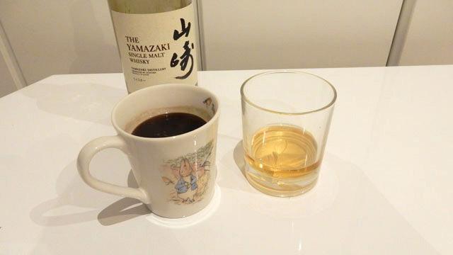 お湯を沸かしてコーヒーを作って順番に混ぜていく。底にブラウンシュガーを入れるらしいが、そういうものはないので省略。