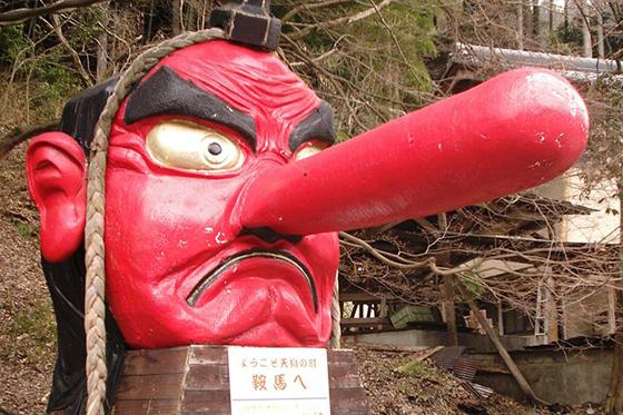 駅で待ちかまえる巨大天狗。こちらはWikipediaから拝借した画像だが、当日はご自慢の鼻が折れており、巨大な絆創膏が貼ってあった
