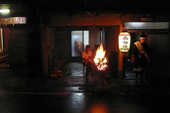 各家の前のかがり火。多かれ少なかれ、こうして番をする人がかならずいた