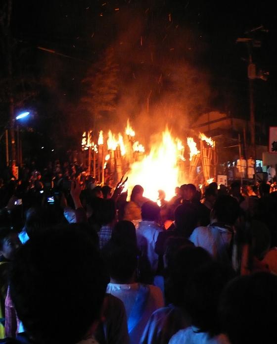 集結する火の神さまたち……